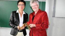 ?bergabe: Frau Prof. Dr. habil. Kerry-U. Brauer (li.)