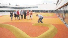 Im Spielbereich auf dem Dach einer Sporthalle: Stadtr?te besichtigen den Neubau. Foto: Andr? Kempner