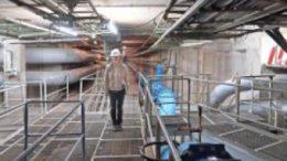 Betriebsingenieurin Angela Zebisch kennt den Magistralsammelkanal aus dem Effeff. Foto: Armin K?hne