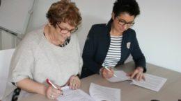 Frau Helbing (Klinger) und Prof. Brauer (BA) bei der Unterzeichnung. Foto: Berufsakademie Leipzig