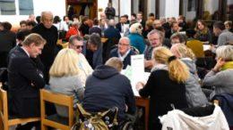 Rege Diskussionen an den Tischen. OBM Jung (li.) h?rt aufmerksam zu. Foto: Matthias M?bius