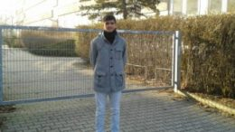 Luan vor dem verschlossenen Tor der Max-Klinger-Schule in Gr?nau. Foto: Ren? Loch
