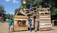 """Asti, Ronny, Max, Miguel, Mike, Christian und Zoe (von links) haben im Robert-Koch-Park ihre """"Stadt in der Stadt"""" gebaut. Foto: Dirk Knofe"""